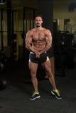 Красивый построитель тела делая самое мышечное представление стоковая фотография rf