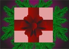 Красивый подарок с красным смычком на фиолетовой предпосылке с зеленой елью Стоковое фото RF