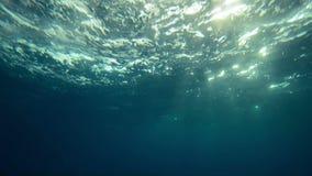 Красивый подводный вид на море с световыми лучами естественного света в замедленном движении