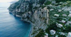 Красивый полет над Positano на побережье Амальфи в Италии акции видеоматериалы