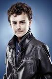 Красивый подросток при вьющиеся волосы нося черную кожаную куртку Стоковая Фотография RF
