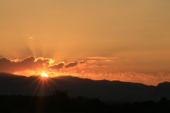 Красивый подъем Солнця и предпосылка солнца установленная с чернотой silhouetted деревья с оранжевым небом Стоковое Фото