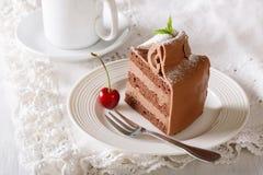Красивый праздничный шоколадный торт с концом-вверх сливк кофе Hor Стоковое фото RF