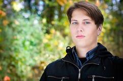 Красивый предназначенный для подростков портрет в предпосылке листьев осени Стоковые Изображения