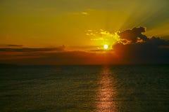 Красивый предыдущий рассвет в море Стоковое фото RF