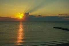 Красивый предыдущий рассвет в море стоковые изображения rf