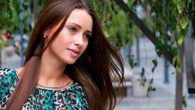 Красивый представлять девушки. акции видеоматериалы