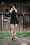 Красивый представлять черной шляпы привлекательной и стильной девушки нося скача в городе Обнажённый состав, наиболее хорошо ежед стоковые фотографии rf