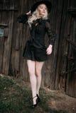 Красивый представлять черной шляпы привлекательной и стильной девушки нося скача в городе Обнажённый состав, наиболее хорошо ежед стоковое фото rf