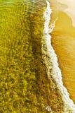 Красивый прибой моря на пляже золота Стоковая Фотография