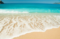 Красивый прибой на пляже стоковое изображение