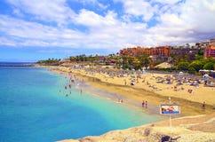 Красивый прибрежный взгляд пляжа El Duque с водой бирюзы в Косте Adeje, Тенерифе, Канарских островах, Испании стоковое фото