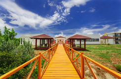 красивый приглашая взгляд земель и газебо курорта на стороне водя к внешней комнате курорта стоковая фотография rf
