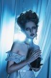 Красивый призрак девушки, ведьма, мертвая невеста в белом платье с VI стоковая фотография