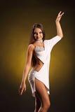 Красивый профессиональный танцор выполняет танец латиноамериканца Страсть и выражение Стоковое Изображение RF