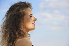Красивый профиль портрета девушки на предпосылке моря Стоковые Фотографии RF