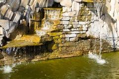 Красивый пруд водопада декоративного камня Стоковое Фото