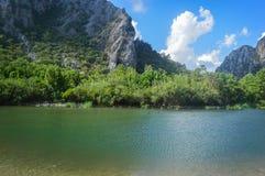 Красивый пруд около горы химеры стоковые изображения rf