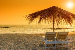 Красивый пустой пляж и пара loungers солнца Стоковое фото RF