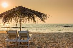 Красивый пустой пляж и пара loungers Стоковые Фотографии RF