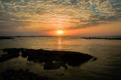 Красивый пылая ландшафт захода солнца на Чёрном море, облаке, заходе солнца, сумерк, море, воде, солнечном свете, ясности, дневно стоковые фото