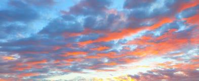 Красивый пылая ландшафт захода солнца на над небе луга и апельсина над им Изумительный восход солнца лета как предпосылка Стоковая Фотография RF