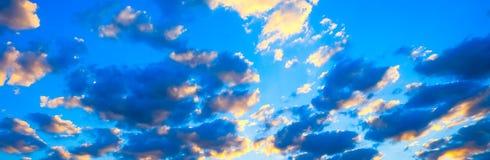 Красивый пылая ландшафт захода солнца на над небе луга и апельсина над им Изумительный восход солнца лета как предпосылка стоковые изображения rf