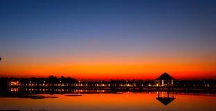 Красивый пылая ландшафт захода солнца на над небе луга и апельсина над им Изумительный восход солнца лета как предпосылка Стоковые Изображения