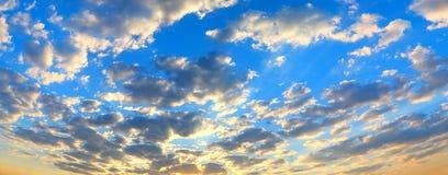 Красивый пылая ландшафт захода солнца на над небе луга и апельсина над им Изумительный восход солнца лета как предпосылка стоковое фото rf