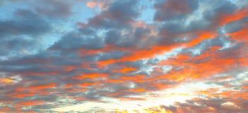 Красивый пылая ландшафт захода солнца на над небе луга и апельсина над им Изумительный восход солнца лета как предпосылка стоковое изображение