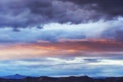 Красивый пламенистый заход солнца, небо вечера в огне Стоковое Изображение RF