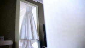 Красивый, платье свадьбы в комнате сток-видео