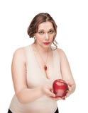Красивый плюс женщина размера предложите яблоко стоковые изображения