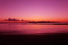 Красивый пляж захода солнца в Мальдивах Стоковые Изображения