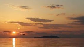 Красивый пляж захода солнца и ландшафт моря видеоматериал