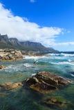 Красивый пляж залива лагерей и гора 12 апостолов Стоковые Изображения