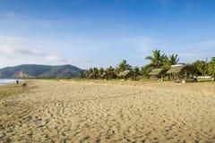 Красивый пляж и тропический коттедж пляжа Стоковые Изображения RF