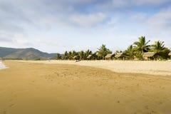 Красивый пляж и тропический коттедж пляжа Стоковые Фотографии RF