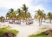 Красивый пляж курорта с людьми в Варадеро Кубе стоковые изображения rf