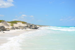 Красивый пляж окруженный камнями в Кубе Стоковые Фотографии RF