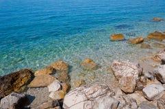 Красивый пляж с большими камнями в Podgora, Хорватии Стоковая Фотография