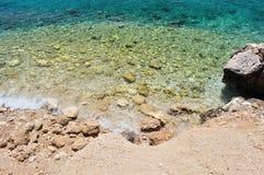 Красивый пляж с большими камнями. Podgora, Хорватия Стоковое Изображение