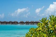 Красивый пляж с бунгалами воды на Мальдивах Стоковое Изображение