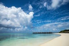 Красивый пляж с бунгалами воды на Мальдивах Стоковые Изображения