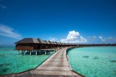 Красивый пляж с бунгалами воды на Мальдивах Стоковая Фотография