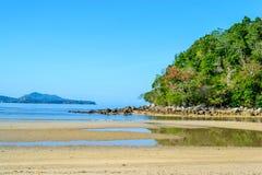 Красивый пляж с голубым небом стоковые изображения