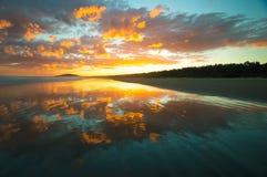 Красивый пляж с заходом солнца Стоковые Фотографии RF