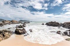 Красивый пляж с камнем в утре Стоковое Изображение RF