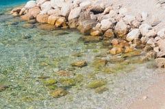 Красивый пляж с камнями Podgora, Хорватия Стоковая Фотография
