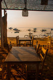 Красивый пляж с кафем в Sanur с местными традиционными шлюпками bali Индонесия рассвет Стоковые Фотографии RF
